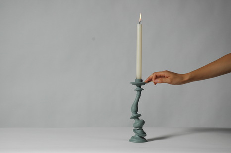 rsz_gray_distortion_candlestick_with_hand.jpg