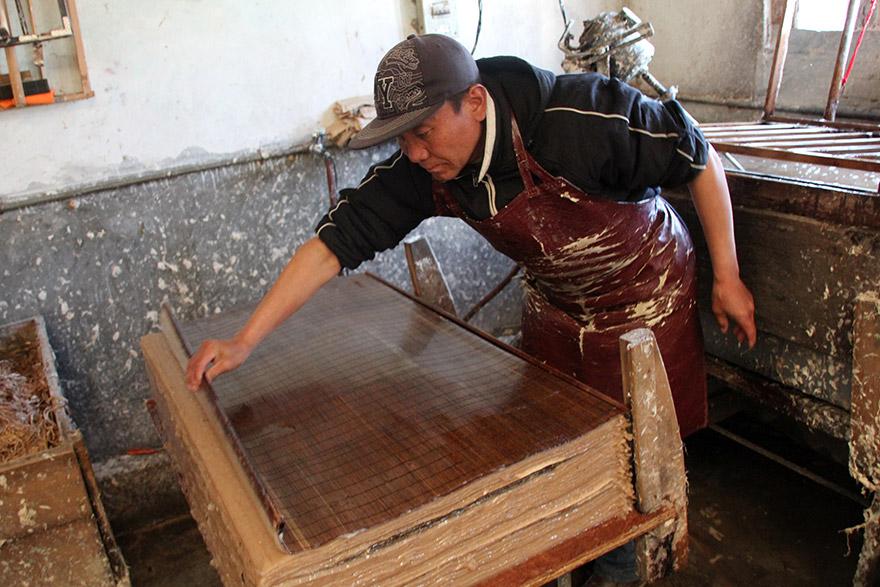 paper_manufacturing_bhutan_08_squeeze.jpg