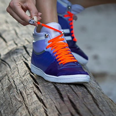 A Brilliant One-Handed Shoelace Tying