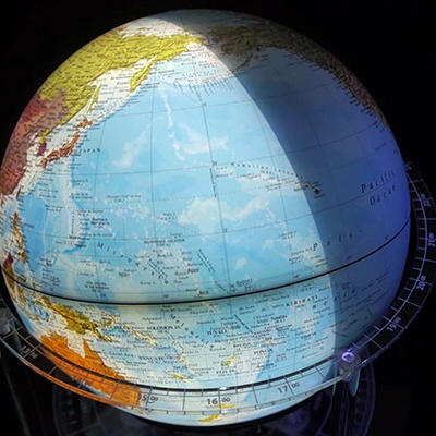 """This """"Night & Day Globe"""" Rotates in Real Time, Uses Lamp to Indicate Sunlight"""